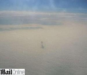 Guarda la versione ingrandita di Robot in cielo? Guarda fuori dal finestrino dell'aereo e...