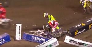 Rivale lo fa cadere da moto, lui lo prende a pugni