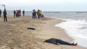 Guarda la versione ingrandita di I corpi dei migranti morti su una spiaggia turca