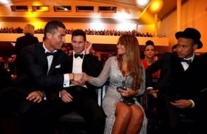 Guarda la versione ingrandita di Cristiano Ronaldo con Antonella Roccuzzo, lady Messi... (foto Twitter)