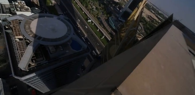 Parkour a Dubai: ragazzo corre su cornicione