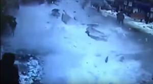 YOUTUBE Blocco neve cade da tetto moschea: ferite 2 donne