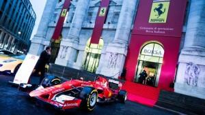 Guarda la versione ingrandita di Una Ferrari davanti alla Borsa di Milano la mattina del 4 gennaio 2016, giorno del debutto a Piazza Affari