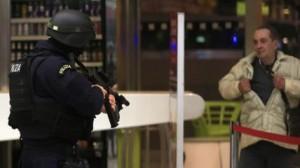 Guarda la versione ingrandita di Fucile giocattolo blocca Termini: psicosi Isis, tilt polizia