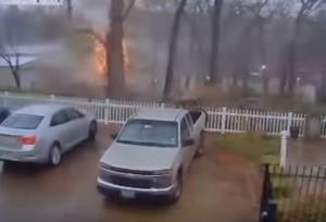 YouTube: fulmine distrugge con una fiammata albero a scuola