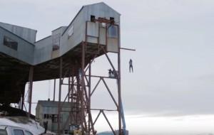 Taglia fune e cade da 14 metri per sfidare la fisica