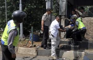 Guarda la versione ingrandita di Attacco Isis a Giacarta: kamikaze, bombe a raffica: 7 morti
