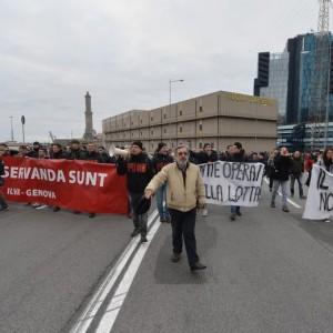 Guarda la versione ingrandita di Ilva Genova, operai bloccano autostrada e sopraelevata FOTO