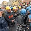 Ilva, ancora proteste a Genova: blindati fermano corteo9