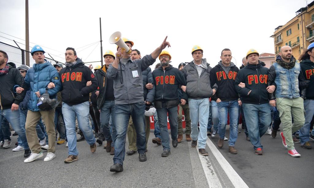 Ilva, ancora proteste a Genova: blindati fermano corteo2