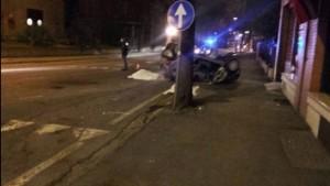Guarda la versione ingrandita di Pesaro, Renault Twingo si ribalta in curva: morti 2 giovani
