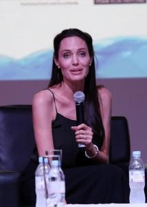 Guarda la versione ingrandita di Angelina Jolie-Brad Pitt, un milione per un bimbo cambogiano