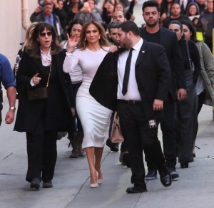 Guarda la versione ingrandita di Jennifer Lopez arriving at Jimmy Kimmel Live wearing a tight white pencil skirt and waving to her fans Monday January 4, 2015. Nic/X17online.comX17online/LaPresseOnly Italy