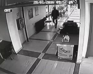 YOUTUBE Ladro ruba in tribunale Ragusa durante pausa caffè