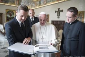 YOUTUBE DiCaprio bacia anello Papa Francesco e in italiano..