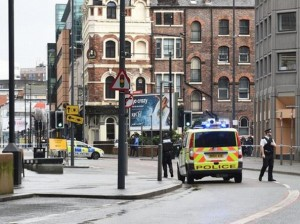 "Liverpool, ""ho una bomba"": si barrica in edificio"