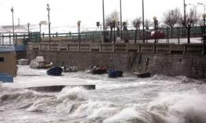 Raffiche di vento e danni a Genova, neve blocca Valle Aosta