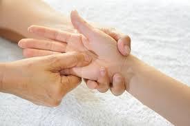 Massaggio dita: ogni dito cura un disturbo diverso