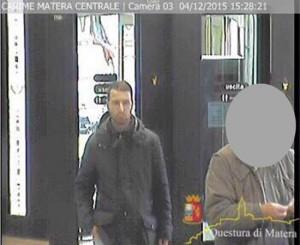 Matera, polizia chiede aiuto per cercare rapinatore FOTO