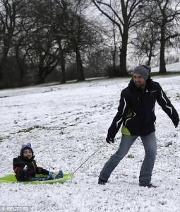 Guarda la versione ingrandita di Nella neve con lo slittino in un parco inglese