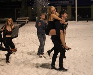 FOTO VIDEO La neve non spaventa le inglesi: senza calze né..