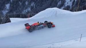 YOUTUBE Max Verstappen guida la Red Bull sulla neve
