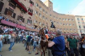 Guarda la versione ingrandita di Palio di Siena non andrà al compleanno regina Elisabetta