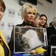 Pamela Anderson contro foie gras produttori protestano6