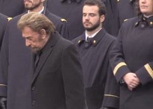 Lapide Charlie Hebdo e 13 novembre: Hallyday canta