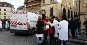 Guarda la versione ingrandita di Parigi, allarme bomba: licei sgomberati