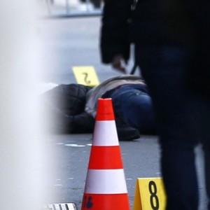 Guarda la versione ingrandita di Parigi, folle assalto: coltello macellaio, fili in pochette (foto Ansa)