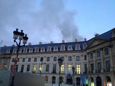 YOUTUBE Parigi: incendio Hotel Ritz, fumo in cielo FOTO4