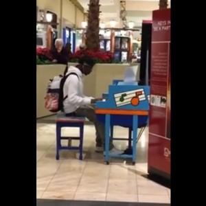 YOUTUBE Prodigio del pianoforte: suona ma non l'ha studiato