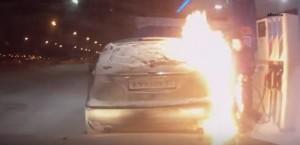 YOUTUBE Russia, accendino vicino la pompa di benzina ma...