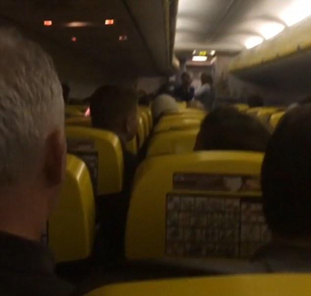 YOUTUBE Hostess Ryanair: Ghiaccio su volo, non voglio morire 2