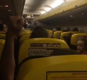 YOUTUBE Hostess Ryanair: Ghiaccio su volo, non voglio morire