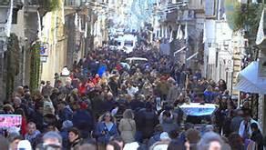 Folla nel centro di Roma per i saldi