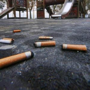 Mozziconi di sigaretta per strada? Multa fino a 300 euro (foto Ansa)