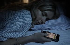 Guarda la versione ingrandita di Dormire col cellulare vicino