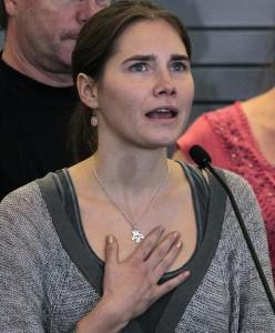 Guarda la versione ingrandita di Amanda Knox assolta da accuse calunnia a polizia Perugia