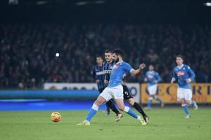 Guarda la versione ingrandita di Napoli - Inter, Albiol contrasta Icardi (LaPresse)