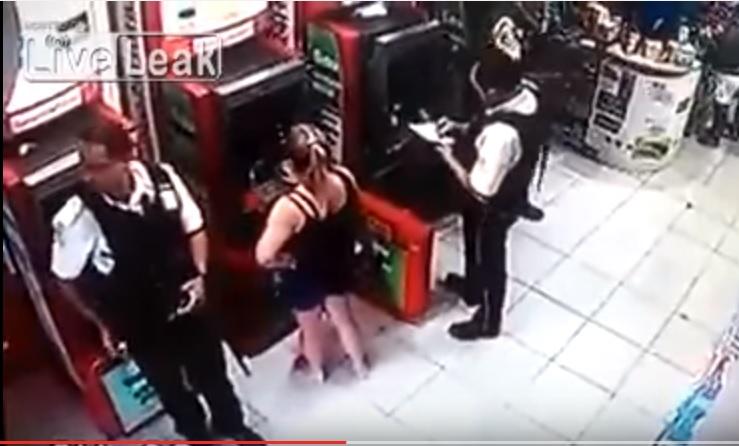 Brasile, guardia giurata si appoggia a bancomat 4