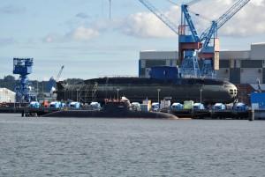 Guarda la versione ingrandita di Il sottomarino Rahan, in acqua in primo piano, nel porto di Kiel, prima della partenza per Haifa, in Israele. Può stare 18 giorni in immersione e sparare missili con bombe atomiche: è il regalo della Germania a Israele