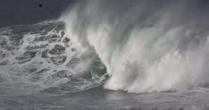 Surfista cavalca mega onda: cade e si rompe spalla