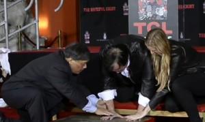 Guarda la versione ingrandita di Quentin Tarantino lascia le impronte su Walk of Fame