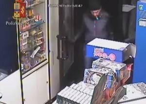 YOUTUBE Picchiano e sfregiano tabaccaio a Torino: arrestati
