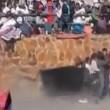 YOUTUBE Toro incorna donna tra la folla alla corrida 6