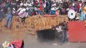 YOUTUBE Toro incorna donna tra la folla alla corrida