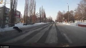YOUTUBE Corre ubriaco per strada e finisce faccia nella neve