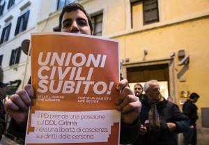 Guarda la versione ingrandita di Protesta sulle unioni civile fuori la sede del Pd per la riunone di direzione con il presidente del consiglio Matteo Renzi, Roma 22 gennaio 2016. ANSA